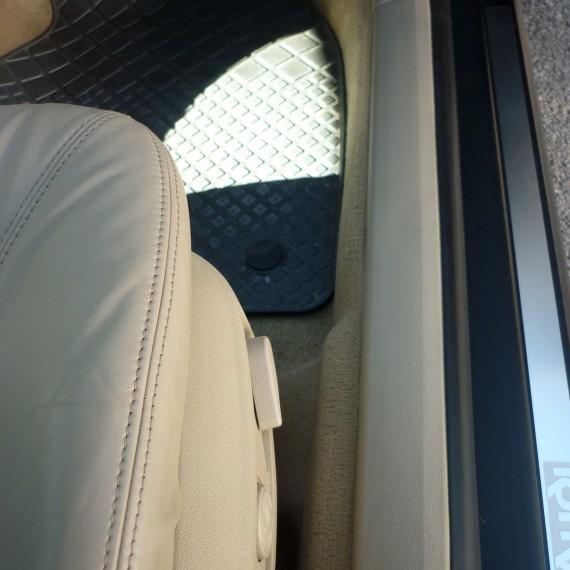 Pasos de puerta con un aspecto limpio y nuevo en nuestro Audi A6