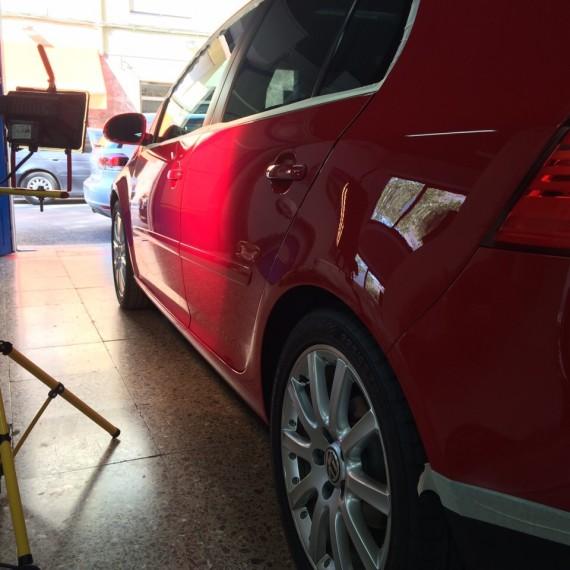 Examinando estado de la pintura con buena iluminación antes de realizar un Pulido Intensivo a este Golf V.