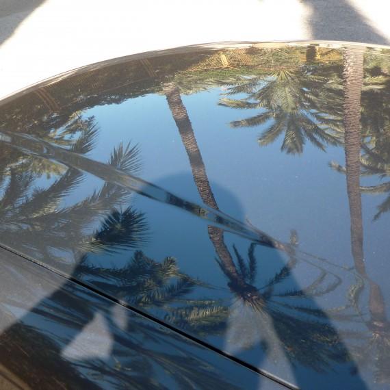 Foto del capó de nuestro Audi A6 después de proceso de pulido.
