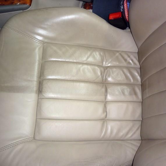 Antes y después en el proceso de limpieza de los asientos de cuero.