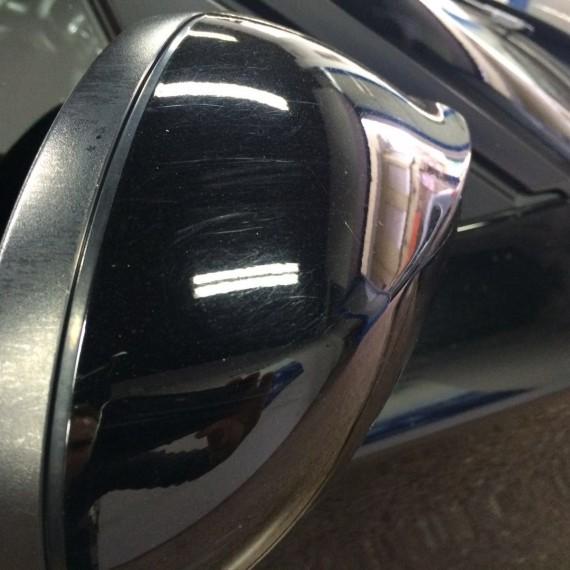 Vista retrovisor de este BMW Serie 1 antes de realizar un Proceso de Pulido en 3 pasos.