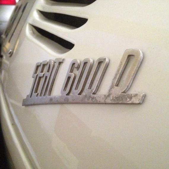 Emblema de un Clásico como es Seat 600 antes de realizar un Proceso de Detallado Completo.