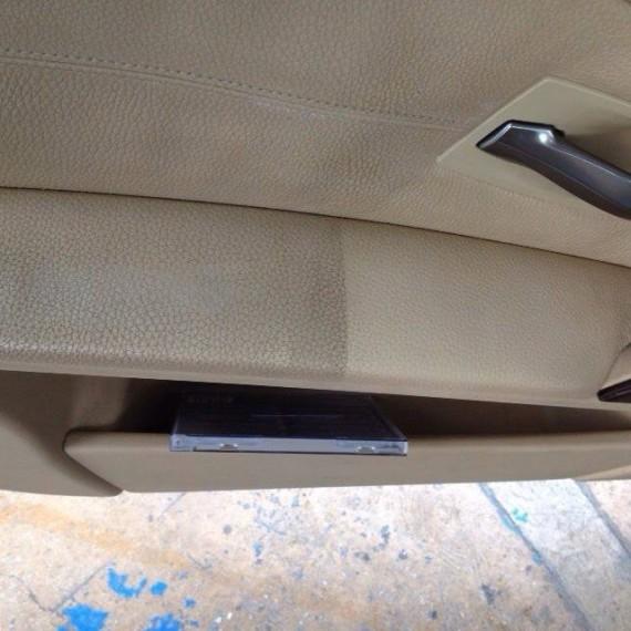 Antes y después apoyabrazos puerta conductor durante un Proceso de Detallado Interior.
