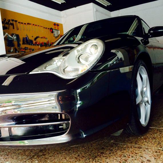 Resultado final de un Detallado Completo a un Porsche 911-997. Podemos observar la profundidad de reflejo obtenida.