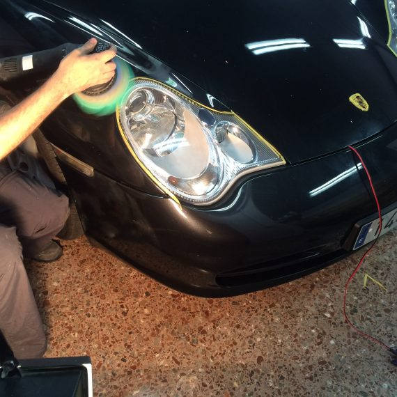 En pleno proceso de Pulido Intensivo de este Porsche 911 Carrera.
