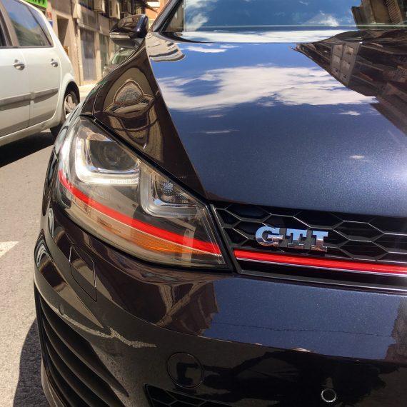 Resultado final detalle frontal después de realizar un Proceso de Pulido y Sellado Con Ceramic Pro Sport a este Golf VII GTI.