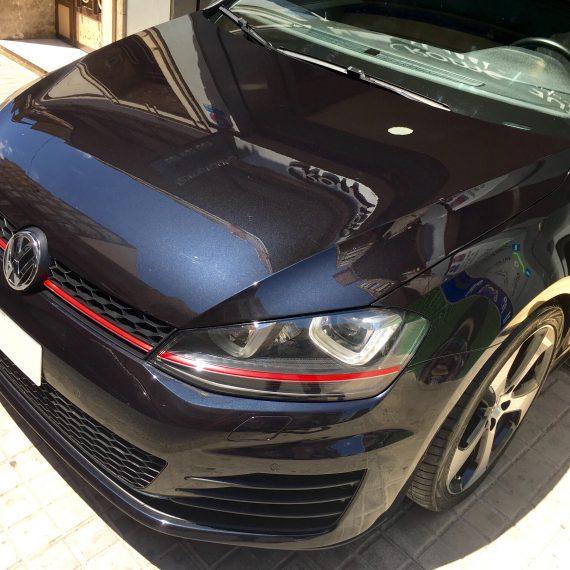 Resultado final vista frontal después de realizar un Proceso de Pulido y Sellado Con Ceramic Pro Sport a este Golf VII GTI.