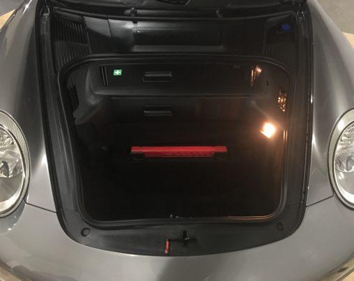 Limpieza y acondicionado del maletero delantero de un Porsche 911 Carrera