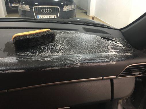 Proceso de limpieza del salpicadero de un Porsche 911