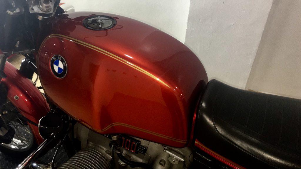 Detallado Completo BMW R100S - Depósito pulido, sellado y encerado.