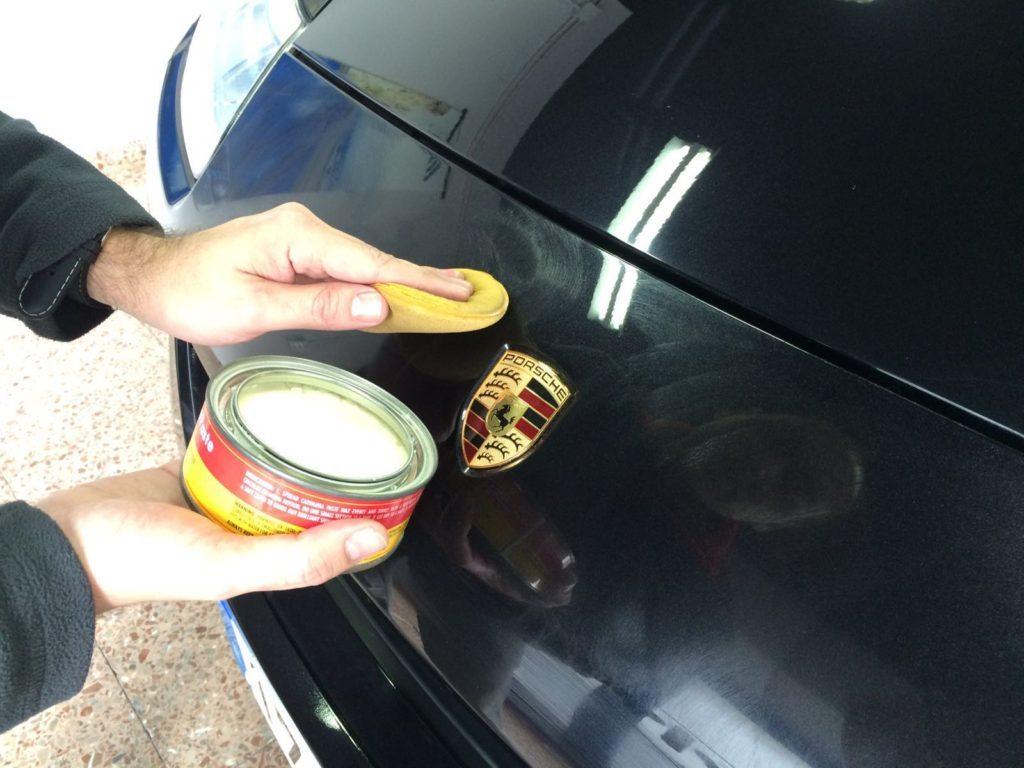 Aplicando Cera de Carnauba en pintura de un vehículo.