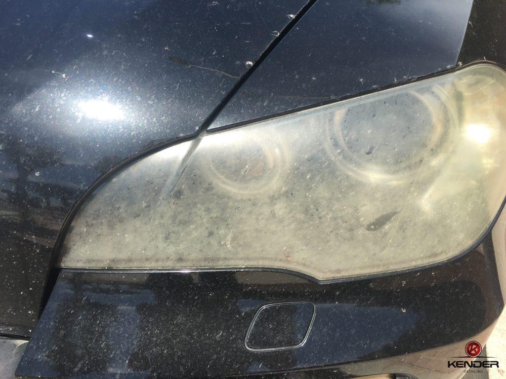 Detallado completo de un BMW X5 - Foto del estado inicial del faro delantero.