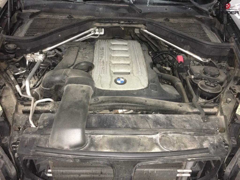 Estado inicial del motor antes de detallarlo. La acumulación de grasa y suciedad es muy visible.