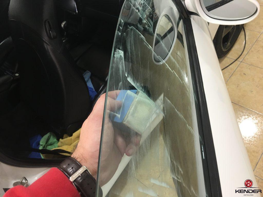 Eliminación de restos de repintado en cristales y marcas de agua en parte externa.