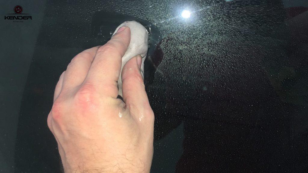 Proceso de Descontaminado de cristales con Clay-Bar de este Porsche 911 Carrera.