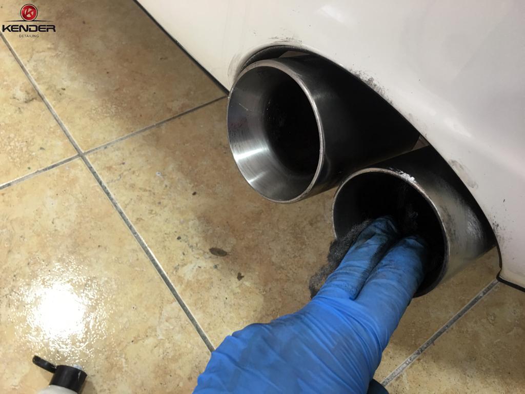 En pleno proceso de limpieza de colas de escape para quitarles toda la carbonilla incrustada y recuperar brillo.